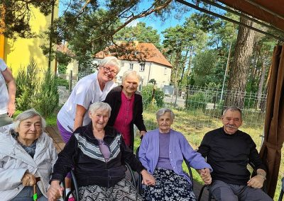 spotkanie seniorów przy kawie i ciastkach